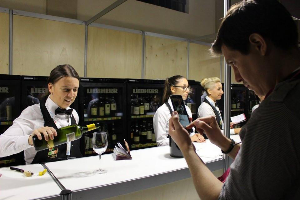 Servizio dei Vini Bianchi Laura Norese